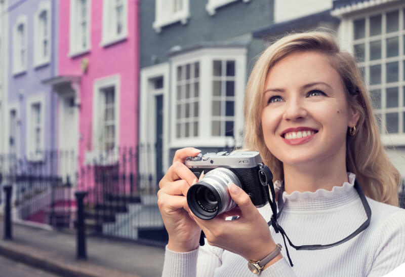 knappe vrouw met camera