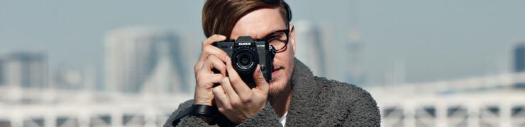 man maakt foto